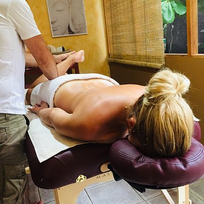 """This ancient technique is based on the traditional Japanese massage """"Shiatsu"""" and the Chinese massage """"Tui Na"""". Each physiological function is stimulated by rhythmic pressures, modulated on the reflex points of the arch, make it possible to locate tensions and harmonize circulation."""