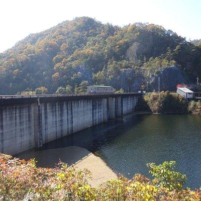 山口県と広島県の県境にまたがるダムなため広島県と山口県が共同で管理する都道府県営ダムで、ここのように共同で管理業務を行うのはとても珍しくここだけだそうです。