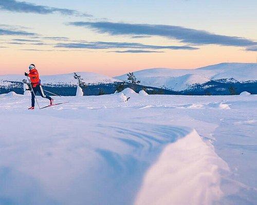 Pallas-Yllästunturin kansallispuistossa sijaitsevalla Kukastunturilla on hiihtolatu, josta aukeavat upeat maisemat Ylläksen tuntureille. Kuva: Rami Valonen / Metsähallitus
