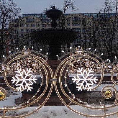 """Фонтан """"Пушкинский"""" в новогодней иллюминации"""