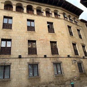 Colegio que más bien parece un palacio.