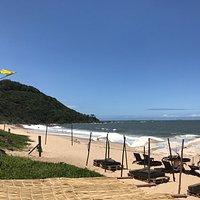Fachada do restaurante e área em frente à praia