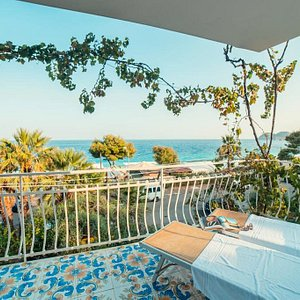 Deluxe room with terrace and frontal sea view