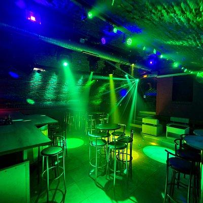 Bar Ambiance de nuit , ouvert du jeudi au dimanche et les veilles de fête . Cocktails maison , soirée à thème .