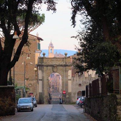 La porta vista da via del Vignola