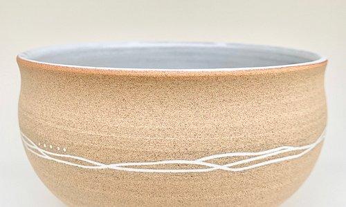 Saladier décoré selon une technique japonaise, le mishima.  Cette technique consiste à insérer de la porcelaine semis liquide dans de fines gravures réalisées dans le grès. Le contraste ainsi réalisé et original et magnifique.