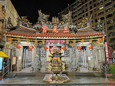 The Three Divine Officials, Heaven, Earth, and Water, are worshipped here. The temple architecture itself is worthy of appreciation.