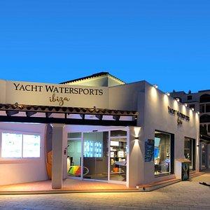 Oficinas & tienda Yacht Watersports ibiza, ubicada dentro del puerto deportivo Marina Santa Eulalia.