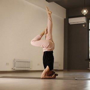 в студии йоги вас научат различным асанам