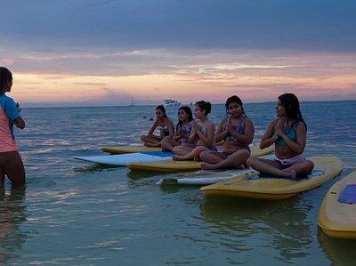 Yoga kids. El mar los divierte y relaja 🌊🙂