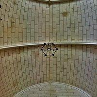 Cet église Saint-Hilaire, témoin de l'histoire du village mérite d'être découverte. Accueillante, ces vitraux du 19ème siècle, réalisés par les Ateliers Lobin de Tours procurent un bel éclairage. Les arcatures, les arcades, les voûtes, vraies ou fausses, anciennes ou modernes, empruntent à différents styles architecturaux. Croisées d'ogives, arc de plein cintre, voûtes en berceau brisé ou anse de panier apportent fantaisies et diversités architecturales dans un ensemble harmonieux.