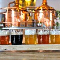 Vi har en øl til en hver smag - fra den lyse pilsner til den mørke stout