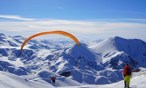 🪂🗻 After a great day's skiing when the slopes have gone quiet, there is nothing more gratifying than flying over the snow-capped mountains. #FlyinTurkey