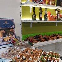 Benvenuti nella pagina de Il Tempio del Cannolo, luogo dove potrete deliziarvi con gusto e leggerezza assaporando le nostre specialità, dall'intramontabile sua Maestà il Cannolo alla Regina delle torte la Cassata Siciliana.