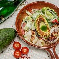 Салат с цыпленком-гриль и авокадо