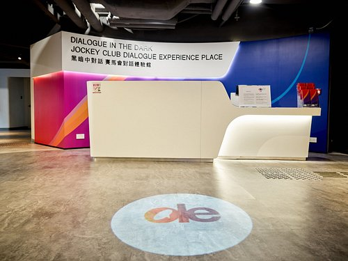 Service counter and entrance of Dialogue Experience centre 對話體驗荔枝角中心的正門和客戶服務桌