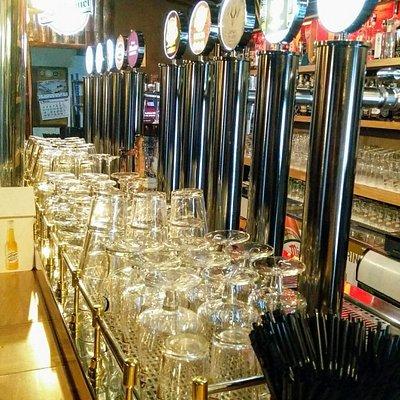 ¿Te gusta la cerveza artesana? ¡A nosotros nos vuelven locos! Ven a degustar nuestra gran selección de las mejores cervezas locales e internacionales. IPA, Stout, Lager, Doppelbock... sea cual sea tu estilo, La Casa de les 3 Àmfores es tu casa.