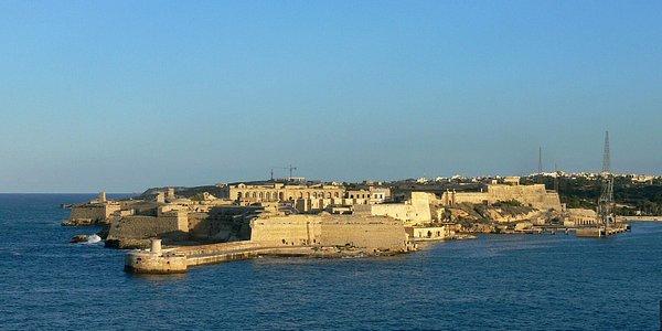 vous pouvez même voir le bateau qui part vers la Sicile 2 fois par semaine avec la compagnie Virtu Ferries