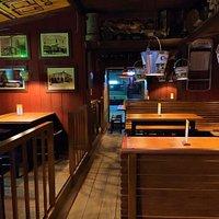 Interior de restaurante donde se combina mesa baja y alta.