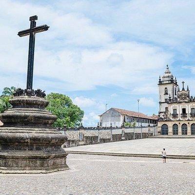 Nosso grande adro com o cruzeiro, constituindo um dos mais notáveis testemunhos do Barroco no Brasil.