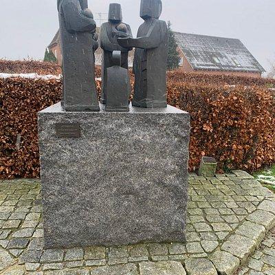 Skulpturen foran indgangen til Ry Kirke