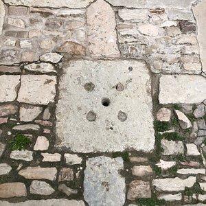 Un chiusino  in pietra per l'acqua piovana ...