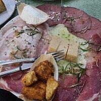 Ingresso, mix salumi e formaggi, cannolo siciliano gigante