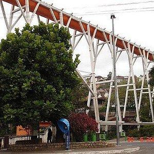 Praça charmosa arborizada abaixo da estrutura do Bicame