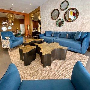Des lignes pures et élégantes se déclinent en canapés indépendants afin de vous procurer un espace de vie convivial et chaleureux, sage et sans excès.