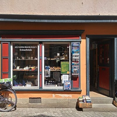 Ein kleiner, fast unscheinbarer Laden genau in der Mitte der größten Touristenattraktion in Erfurt. Ich war erstaunt, dass dort sogar 2000 Jahre alte Münzen aus der Römerzeit oder auch Byzanz zu bekommen waren.