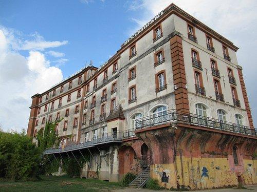 moulin de Ricart : construit fin XVe s, agrandi au XVIIIe s, modernisé au XIXe s et transformé en hôtel en 1930. Il accueillit (grâce à sa directrice Shatta SIMON et son mari Bouli) des enfants Juifs pendant la 2nde guerre mondiale