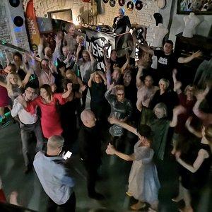 Bucanero Club Wróblewskiego 9 Klub muzyczny, widok z antresoli. Imprezy w każdy weekend od 21:00. Oprócz muzyki i baletów transmisje sportowe. W sezonie wiosenno-letnim namiot biesiadny, plaża i beach bar do dyspozycji gości. Serwujemy kilkadziesiąt gatunków piwa, kilkanaście drinków, różne rodzaju alkohole. W każdą sobotę dyskoteka 40+ bez małalatów!