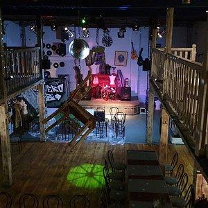 Bucanero Club Wróblewskiego 9 Klub muzyczny, widok z antresoli. Imprezy w każdy weekend od 21:00. Oprócz muzyki i baletów transmisje sportowe. W sezonie wiosenno-letnim namiot biesiadny, plaża i beach bar do dyspozycji gości. Serwujemy kilkadziesiąt gatunków piwa, kilkanaście drinków, różne rodzaju alkohole.