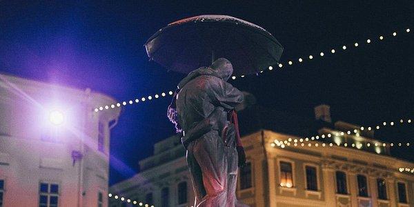 'The Kissing Students' sculpture and fountain, photo Rasaa Etten