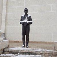 Szantay statue 1