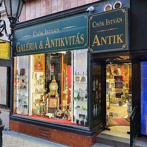 70 éva a hazai műtárgypiac meghatározó szereplője, a pezsgő Váci utca legelegánsabb üzletében, színvonalas választékkal, képzett szakemberekkel.