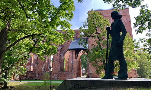 A monument to Kristjan Jaak Peterson and the ruins of Tartu Cathedral.