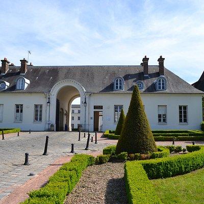 Vue extérieure de la porterie du château de la Verrerie. À droite du porche se trouve l'Office de Tourisme.