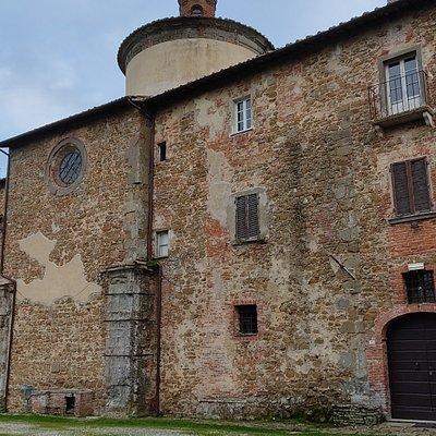Veduta del fianco destro della chiesa, con le superfetazioni di edifici disparati