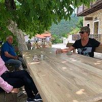 Στο μαγαζάκι του Σπύρου απολαμβάνοντας το καφεδάκι, με καλή παρέα και ηρεμία