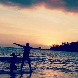 Pantai Senggigi salah satu tempat terbaik menikmati sunset yang paling indah, Lokasi yang strategis membuat setiap pengunjung bisa dengan leluasa datang kapan saja untuk bisa menikmati pantai dan sunset serta pemandangan lainnya   Yooo tunggu apa lagi, kunjungi dan Nikmati keindahan sunset dari pantai senggigi Lombok   Info hubungi Nomor di bawah   Phone : 081933175866  WhatsApp :082133955259.  Instagram@haitravel. Facebook.com /hai travel.  Email : haitravel2@gmail.com   : rsvnhaitravel@gmail.c
