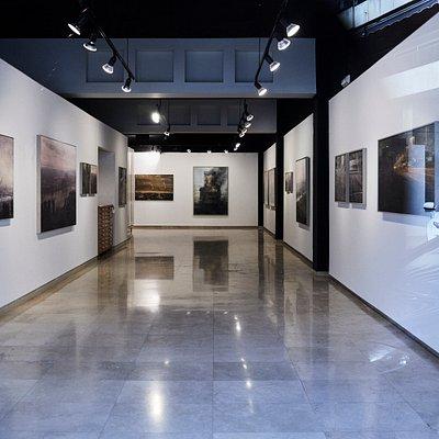 Interior de la galeria anquins. Exposición del artista de Bilbao, Alejandro Quincoces