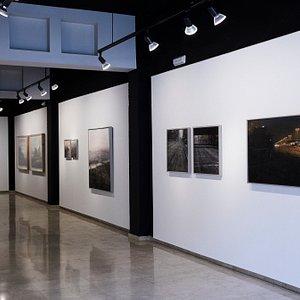 Gran espacio con obras de arte muy interesantes