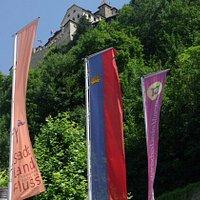 Il Castello dei Principi visto dalla via