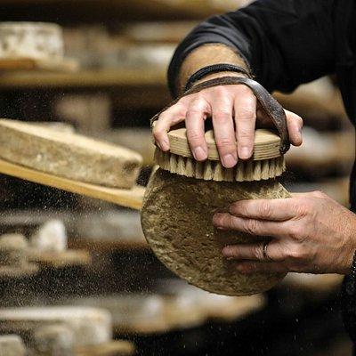 Maître Fromager-Affineur, nous chouchoutons nos bons produits du terroir dans notre cave naturelle sous le Château d'Annecy.