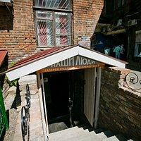 Вход в галерею со двора в часы работы туристическо-информационного центра, бесплатно, без перерывов и выходных.