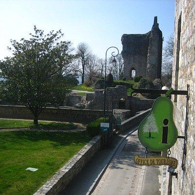 Office de Tourisme du Pays de Domfront, situé à proximité du château d'Henri Ier Beauclerc