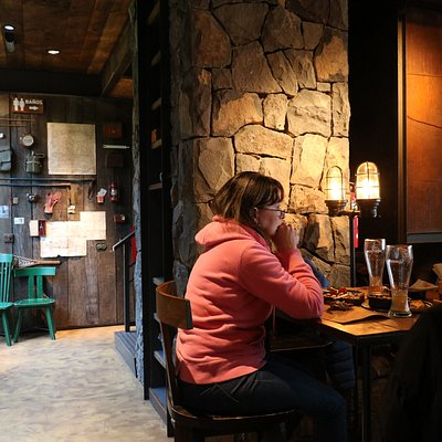 Cerveceria Patagonia Km 24.7 de circuito chico no te lo podes perder tiene un horario amplio, siempre hay gente y los precios no son muy populares para mlos turistas pero valen la salida.