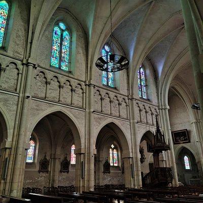 Ouverte et accueillante, je ne peux que conseiller la visite de l'église Saint-Laurian de Vatan. L'édifice est protégé en partie (inscriptions) par les Monuments Historiques. Ces protections de 1928 et 1933 concernent le chœur et l'abside. L'architecte chargé des reconstructions Alfred Dauvergne (1824-1885) a, dans un style néogothique, préservé l'esprit de l'édifice.