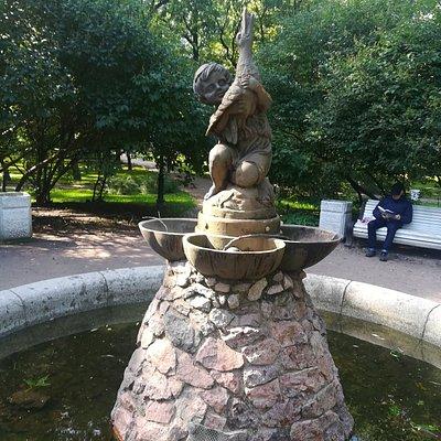 """Фонтан """"Мальчик с уткой (гусём)"""" в Таврическом саду."""